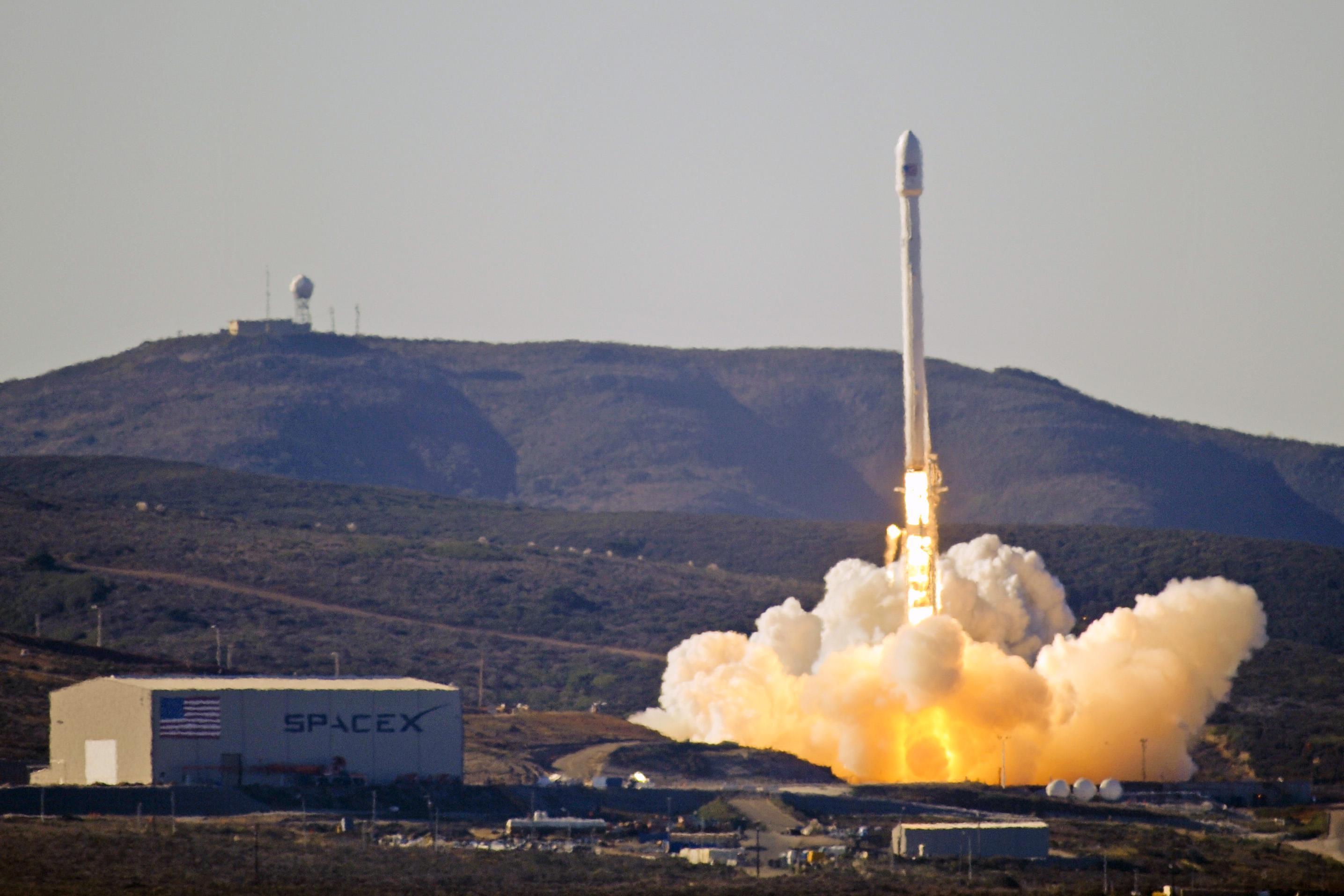 SpaceX公司猎鹰9号火箭首次为军方发射间谍卫星