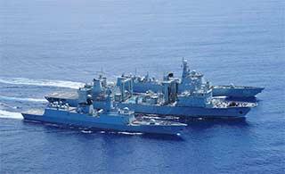 海军编队访菲途中进行海上补给