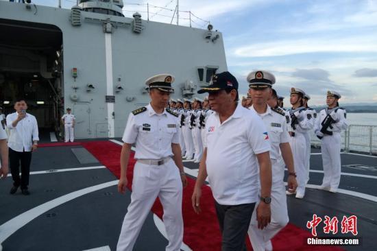 菲总统登上中国军舰 称两国海军可开展联合军演