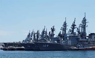 日本军港内军舰鳞次栉比