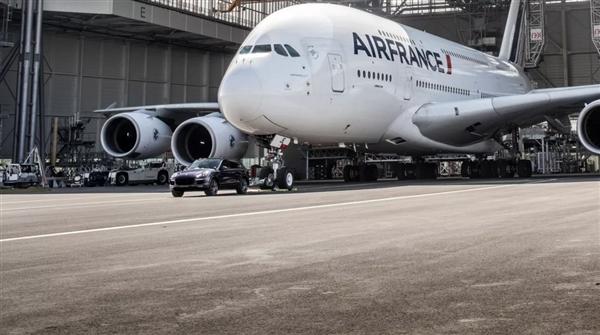 保时捷卡宴拉动重达 560 吨世界最大客机A380