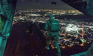 美国空军在日本训练夜间跳伞