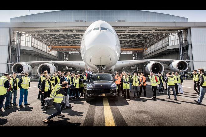 保时捷卡宴拖动世界最大客机A380 破量产车纪录