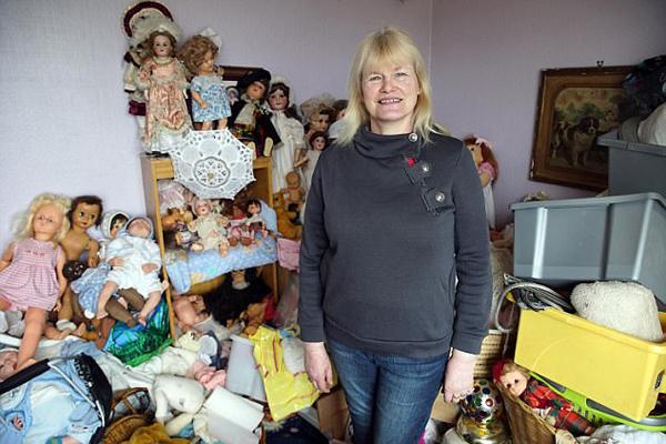 英女子患囤积强迫症家中堆满物品迫使儿孙远离