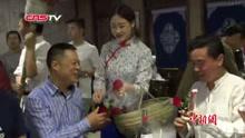 重庆美女穿着旗袍涮火锅
