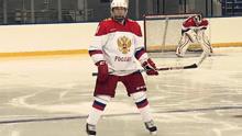 实拍:普京冰球场大秀球技 一条龙得分