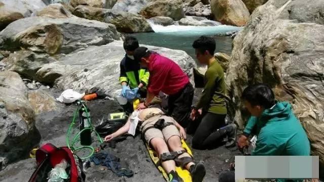 消防队长发现溺亡者是自己女儿 含泪跪地抢救