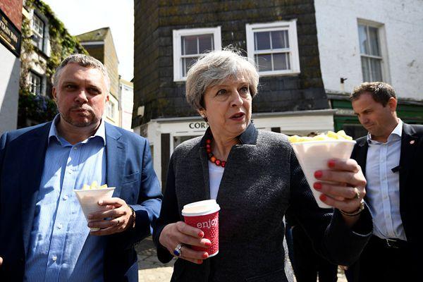"""英国首相特蕾莎·梅举行竞选集会 当街吃薯条""""秀亲民"""""""
