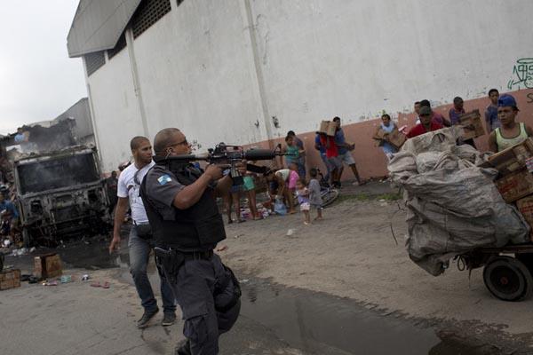 巴西毒贩报复禁毒行动火烧车辆 民众洗劫车上物品