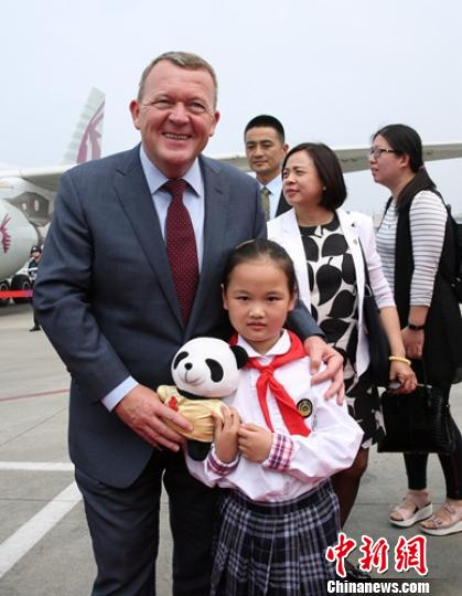 丹麦首相拉斯穆森访川 喂大熊猫推介丹麦旅游