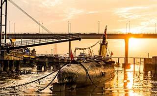夕阳余晖照耀中国海军退役潜艇