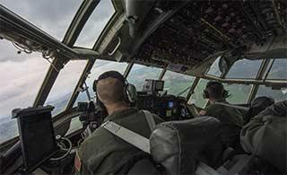 美军C130载多国士兵空中跳伞
