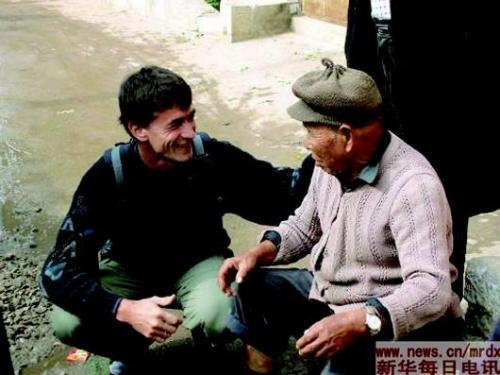 中国侨网遇到老人和孩子,即使语言不通,夏爱克也总能找到办法接近对方。 (资料照片)