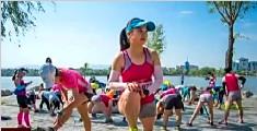 女选手爬过马拉松最后两米