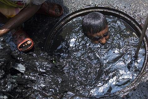 孟加拉国下水道清洁工潜入污水中工作