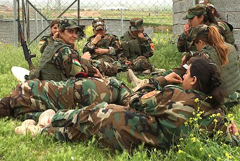 走近伊拉克女兵疲倦的訓練生活
