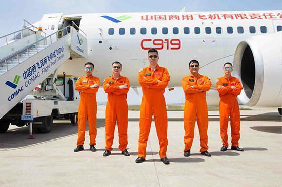 揭秘C919首飞:机长、副驾驶飞行时间均超1万小时