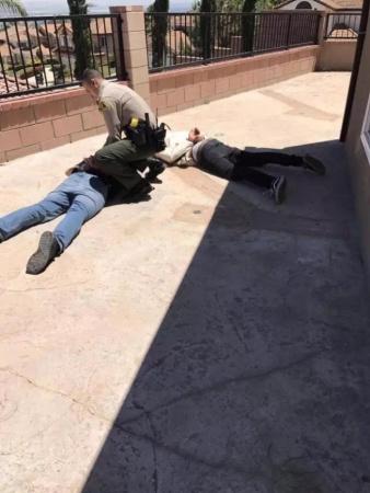 警察赶到逮捕窃贼。(美国《世界日报》/张岩 摄)