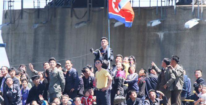 朝鲜民众庆五一 3000人游鸭绿江