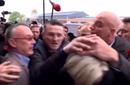 勒庞被示威者扔鸡蛋