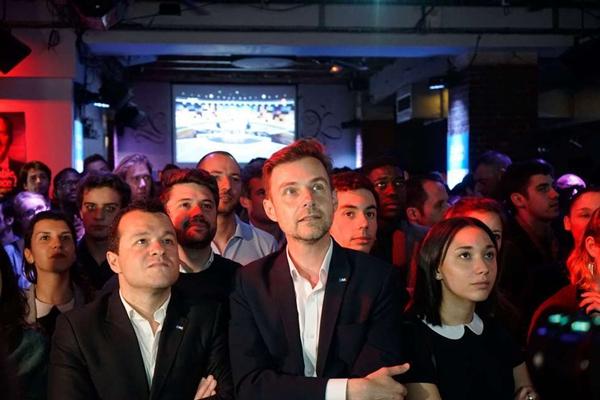 法国大选最后电视辩论 民众聚集酒吧餐厅认真收看