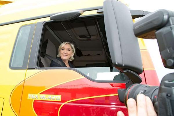 法国总统候选人勒庞在物流公司拉票时试开卡车