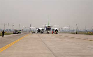 C919首飞现场:飞机正在准备
