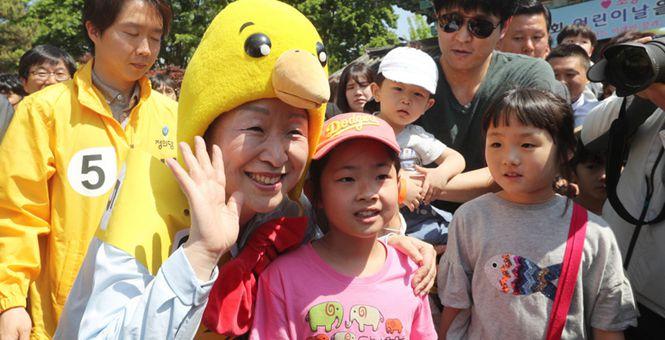 韩国庆祝儿童节 各总统候选人扮丑与萌娃互动秀亲民