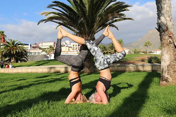 瑞典美女飞行员环游世界做瑜伽动作自拍引追捧