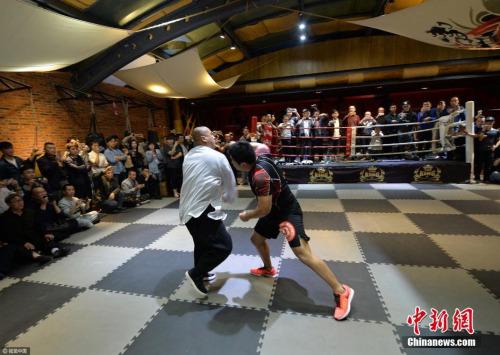 太极拳师对战格斗高手,仅20秒即被KO。成都商报 陶轲 摄 图片来源:视觉中国