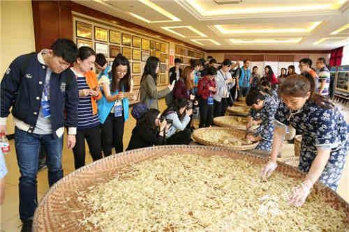 全国网媒全媒体记者观摩榨菜手工技艺。记者 刘嵩 摄.jpg