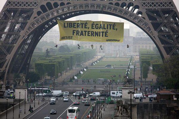埃菲尔铁塔被挂巨幅标语 抗议极右翼政党