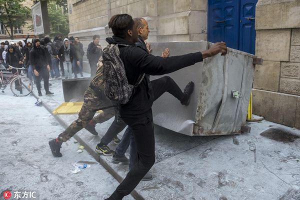 巴黎学生抗议大选首轮投票结果 街头混战一片狼藉