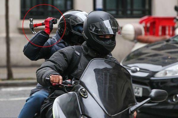 伦敦飞车贼光天化日下举着锤子打劫路人