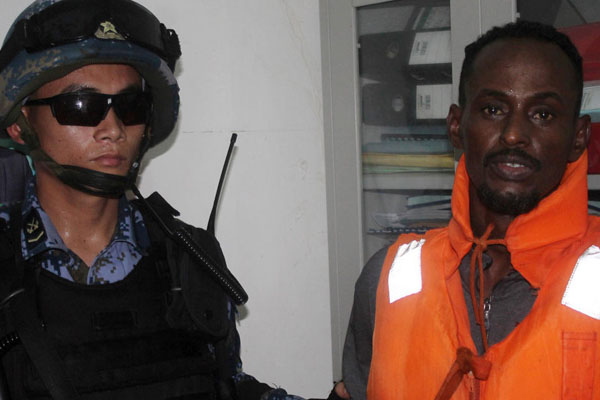 中国海军首次移交抓获的索马里海盗
