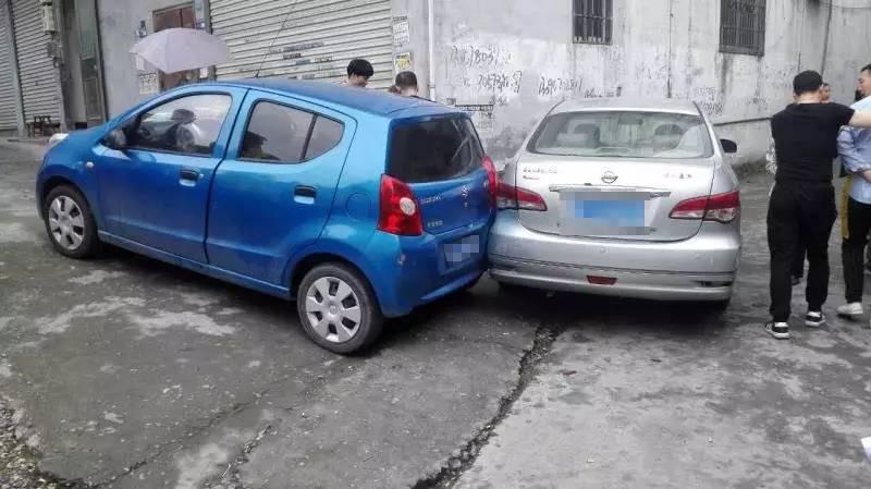 """车辆后溜 女司机试图以身""""刹""""车被车撞"""