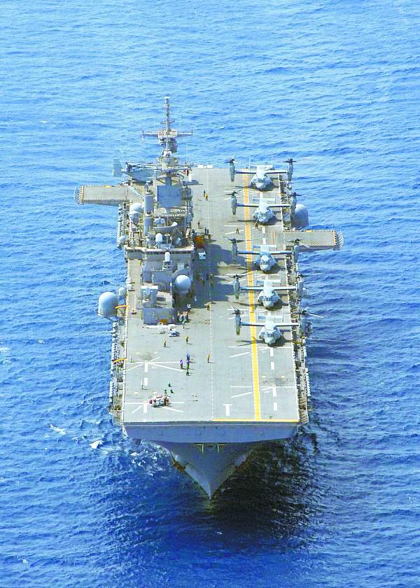 075型两栖攻击舰令军迷兴奋 用途比航母更广