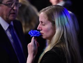 勒庞发表败选演说祝贺马克龙 支持者惜吻蓝玫瑰