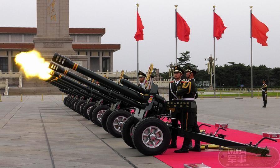跪姿改立姿:中国礼炮兵采用新动作亮相天安门广场