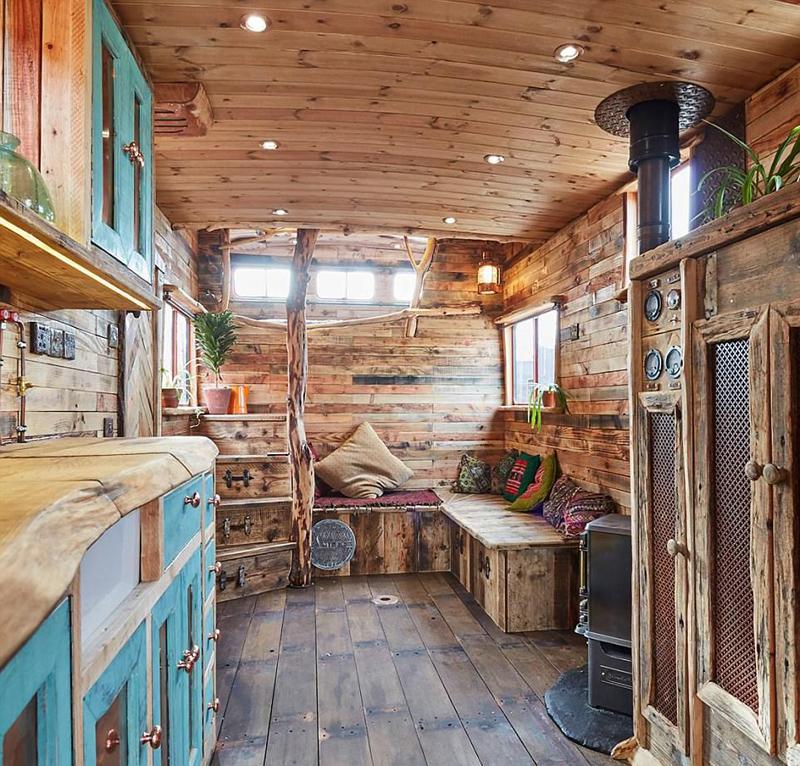 英手工艺人将运马拖车改造成豪华房车