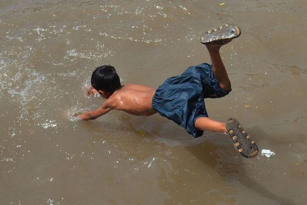 巴基斯坦拉哈尔遭遇44度高温 民众户外戏水降温