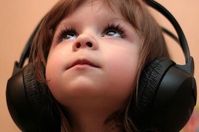 给婴幼儿戴耳机?小心听力受损