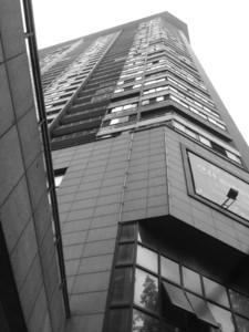 5岁女孩爬窗25楼坠亡 民警赶到时3岁妹妹也在爬窗