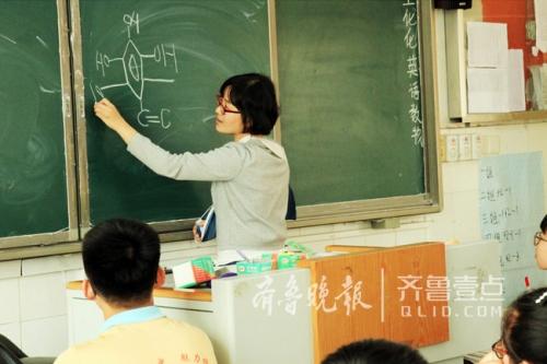 """山东高三女教师右臂骨折 左手写出""""最美板书"""""""