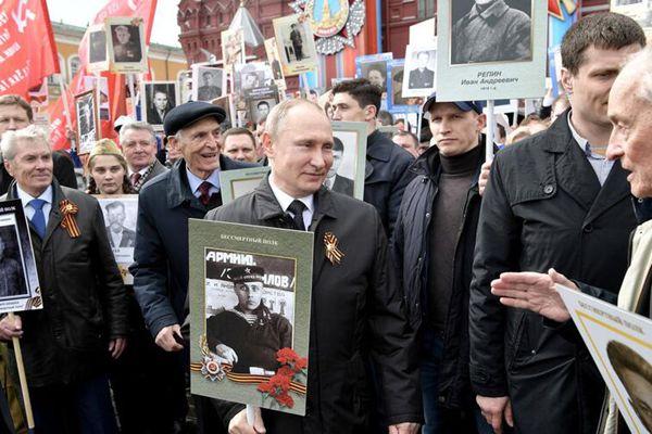 """普京手举父亲肖像 参加莫斯科""""不朽军团""""大游行"""
