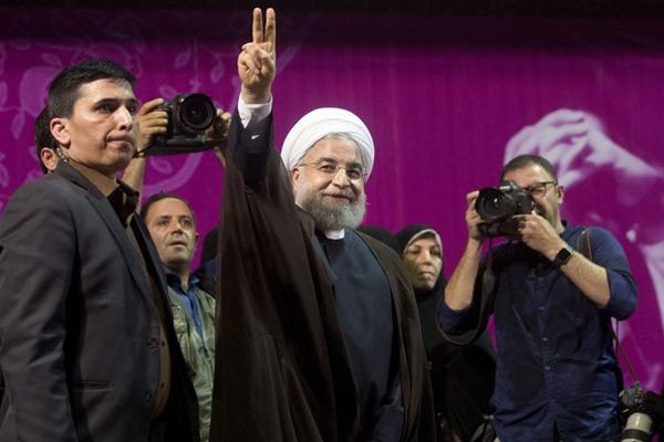 伊朗大选在即 现任总统鲁哈尼街头拉票宣传