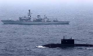 俄潜艇路过英吉利海峡被英军舰监视