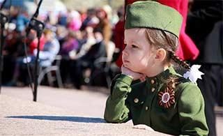 参加俄罗斯胜利日阅兵的小萝莉