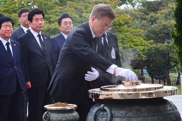 韩国新总统文在寅上任首日行程满档 赴国立显忠院参拜