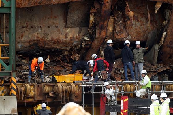 """韩国:""""世越""""号打捞上岸后船体内首现疑似失踪者遗骨"""